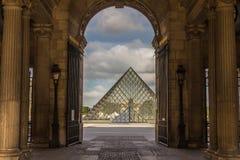 Двор Париж Франция Лувра пирамиды Стоковое Изображение
