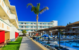 Двор современной гостиницы с бассейном и sunbeds Стоковое Изображение