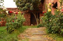 Двор соседей на улице этой живописной деревни со своими черными крышами шифера в Madrigera Перемещение каникул архитектуры стоковое изображение rf