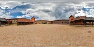 Двор средневекового замка в лете с голубым небом сферически панорама 3D с углом наблюдения 360 градусов Подготавливайте для вирту стоковое изображение