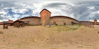Двор средневекового замка в лете с голубым небом сферически панорама 3D с углом наблюдения 360 градусов Подготавливайте для вирту Стоковые Фотографии RF