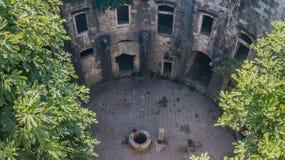 Двор старой структуры с колодцем камня стоковое фото