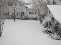 Двор Snowy и ландшафт дома Стоковое фото RF