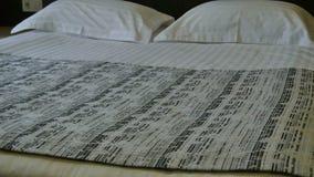Двуспальная кровать в гостиничном номере Украшение в интерьере спальни акции видеоматериалы