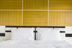 Двуспальная кровать в интерьере. Стоковое Изображение