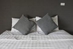 Двуспальная кровать в интерьере. Стоковая Фотография