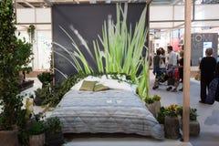 Двуспальная кровать на дисплее на HOMI, выставке дома международной в милане, Италии Стоковые Изображения RF