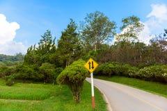 Двустороннее движение знака уличного движения, дороги холма в саде Стоковое фото RF