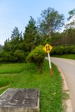 Двустороннее движение знака уличного движения, дороги холма в саде Стоковые Фотографии RF