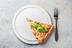 Двухкусочный итальянской пиццы с томатами величают бекон и che Стоковая Фотография RF