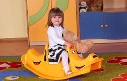 Двухклассная девушка играя и уча в preschool Стоковое Изображение
