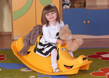 Двухклассная девушка играя и уча в preschool Стоковая Фотография