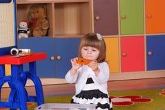 Двухклассная девушка играя и уча в preschool Стоковое Фото
