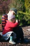 Двухклассная девушка с ее братом в саде Стоковое фото RF