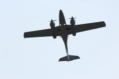 Двухмоторное летание легкого воздушного судна в небе Стоковая Фотография RF