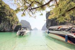 Двухскоростная шлюпка на островах рая Стоковое Фото