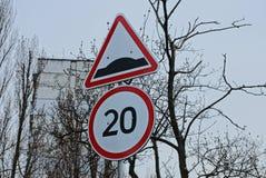 Двухскоростный предел подписывает на улице дорогой стоковое фото