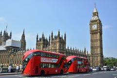 Двухэтажные автобусы перед парламентом Великобритании стоковая фотография rf