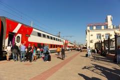 Двухэтажный твердый поезд от Москвы вытянул до станции в v стоковая фотография rf