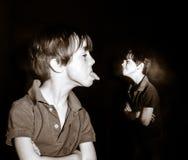 Двух-подвергли действию портрет рыжеволосого эмотивного freckled мальчика стоковое фото rf