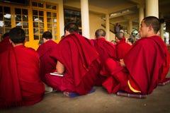 Дебатировать буддийские монахов, висок Далай-ламы, McLeod Ganj, Индия Стоковое Изображение