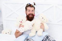 Девичник Гай ослабляя в спальне Стиль пижам Человек в пижамах дома Иметь партию пижам потехи Детский снова стоковые фотографии rf