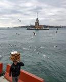 Девичья башня Молодой поставщик хлеба продавца (Simit) Стоковые Фотографии RF