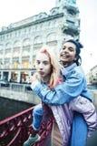 2 девочка-подростка перед зданием университета усмехаясь, имеющ потеху, конец концепции людей образа жизни реальный вверх стоковое фото rf