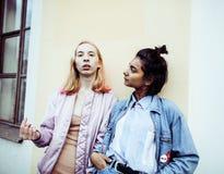 2 девочка-подростка перед зданием университета усмехаясь, имеющ Стоковая Фотография RF