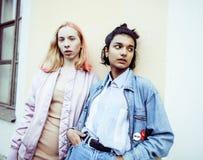 2 девочка-подростка перед зданием университета усмехаясь, имеющ Стоковые Фотографии RF