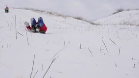 Девочка-подростки едут дальше с белыми снежными горами и смехом Праздники рождества моделирование характера динамически движение  сток-видео
