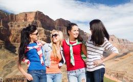 Девочка-подростки или молодые женщины над гранд-каньоном Стоковые Изображения