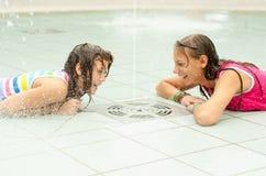 Девочка-подростки имея потеху в фонтане городков Стоковое Изображение RF