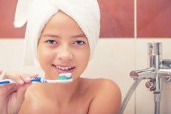 Девочка-подросток в ванной комнате с зубной щеткой зубоврачебная гигиена Стоковое Изображение RF