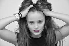 Девочка-подросток в черно-белом с розовыми губами tousles ее волосы Стоковые Изображения RF