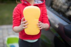 Девочка-подросток держа губку на солнечный день Стоковые Фотографии RF