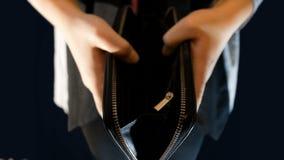 Девочка-подросток держит бумажник, раскрывает его и никакие деньги в их, отснятый видеоматериал соответствующий для говорить о бе сток-видео