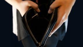 Девочка-подросток держит бумажник, раскрывает его и никакие деньги в их, отснятый видеоматериал соответствующий для говорить о бе акции видеоматериалы