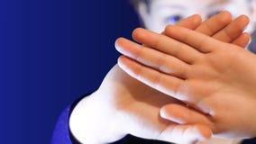 Девочка-подросток держит ее руки пересеченный перед ее стороной, защитить от незнакомца, идеальный отснятый видеоматериал к видеоматериал