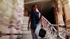 Девочка-подросток идя вниз на лестницы сток-видео