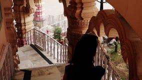 Девочка-подросток идя вниз на лестницы видеоматериал