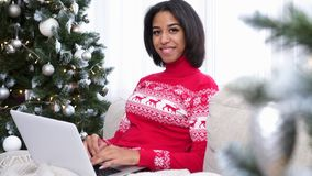 Девочка-подросток используя ноутбук во время рождества сток-видео