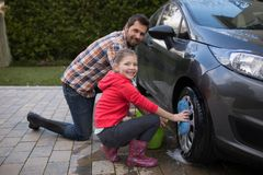 Девочка-подросток и отец моя автомобиль Стоковые Изображения