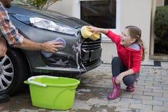 Девочка-подросток и отец моя автомобиль Стоковое Изображение