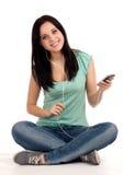 Девочка-подросток сидя и слушая nusic Стоковые Фотографии RF