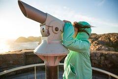 Девочка-подросток стоит на скалистом северном seashore стоковая фотография