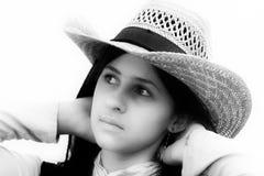 Девочка-подросток с бежевым шлемом Стоковые Изображения RF