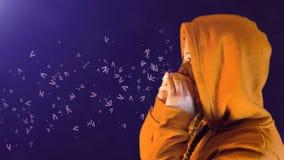 Девочка-подросток, с оранжевыми hoodie и фуфайкой, клекоты и слова приход видеоматериал