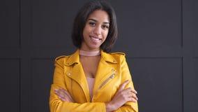 Девочка-подросток усмехаясь в желтой кожаной куртке видеоматериал