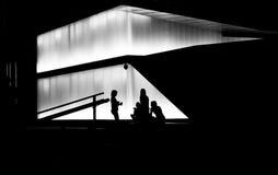 Девочка-подростки вися вне в ночных часах стоковые фото